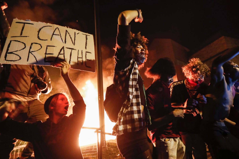 Demonstranti tokom protesta zbog ubistva Džordža Flojda ispred zgrade policijske uprave Mineapolisa, 28. maj 2020. (Foto: John Minchillo/AP Photo)