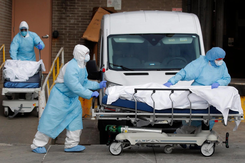 Zdravstveni radnici prevoze iz bolnice leševe preminulih od virusa COVID-19, Njujork, 02. april 2020. (Foto: Reuters/Brendan McDermid)