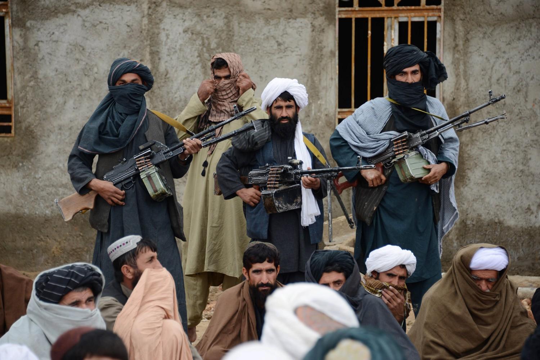 Pripadnici jedne od frakcija avganistanskih talibana u provinciji Farah slušaju govor novoizabranog lidera, 03. novembar 2015. (Foto: AP Photo)