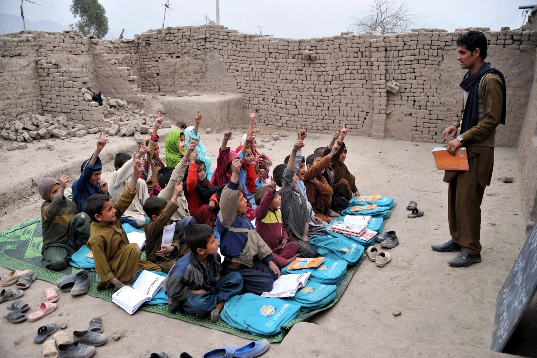 Deca tokom školskog časa u učionici na otvorenom, Džalalabad, 30. januar 2013. (Foto: Noorullah Shirzada/AFP/Getty Images)