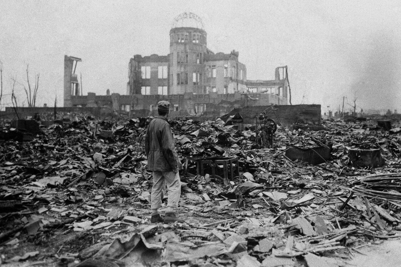 Novinar posmatra ruševine u Hirošimi na koju je pala američka atomska bomba, 08. septembar 1945. (Foto: Stanley Troutman/AP Photo)