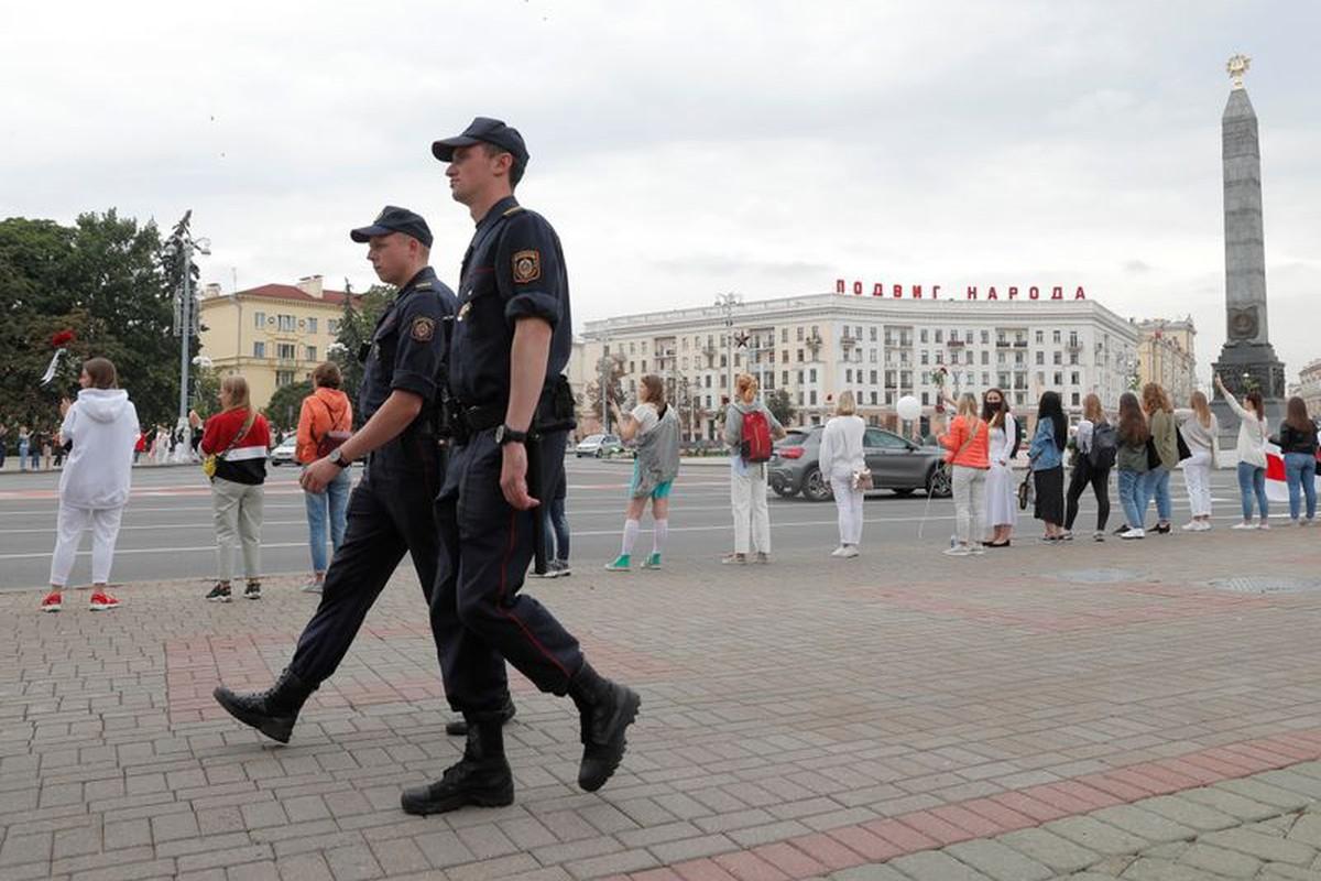 Beloruski policajci prolaze pored žena koje protestuju zbog rezultata predsedničkih izbora u Belorusiji, 20. avgust 2020. (Foto: Reuters/Vasily Fedosenko)