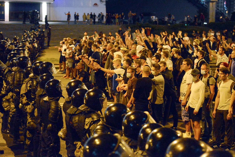 Demontranti ispred kordona policije tokom protesta nakon predsedničkih izbora u Minsku, 09. avgust 2020. (Foto: AP Photo)