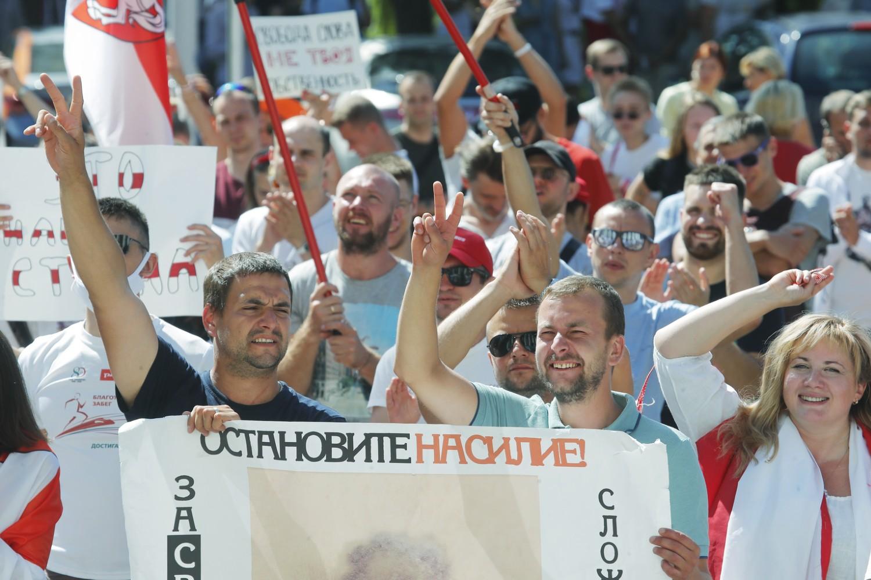 Demonstranti sa transparentima protiv nasilja tokom protesta zbog rezultata predsedničkih izbora u Belorusiji, Minsk, 17. avgust 2020. (Foto: AP Photo/Dmitri Lovetsky)