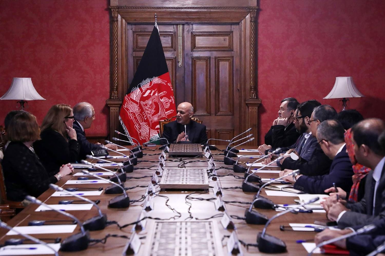 Predsednik Avganistana Ašraf Gani tokom razgovora sa američkim mirovnim izaslanikom za Avganistan Zalmajem Kalizadom u predsedničkoj palati u Kabulu, 28. januar 2019. (Foto: Afghan Presidential Palace via AP)