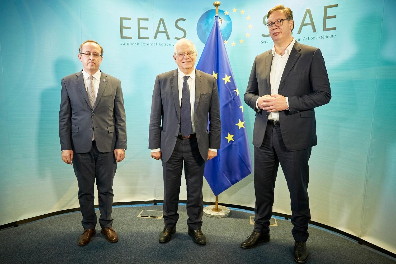 Avdulah Hoti, Žozep Borel i Aleksandar Vučić na zajedničkoj fotografiji tokom runde dijaloga Beograda i Prištine u Briselu, 16. jul 2020. (Foto: European Union)