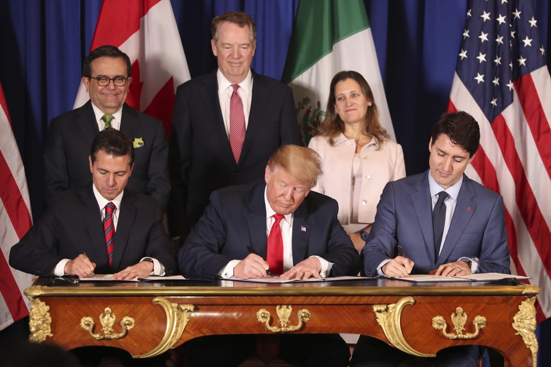 Predsednik Meksika Enrike Penja Nijeto, predsednik SAD Donald Tramp i premijer Kanade Džastin Trudo tokom potpisivanja Sporazuma Sjedinjene Države-Meksiko-Kadnada koji je zamenio NAFTA trgovinski sporazum, Buenos Ajres, 30. novembar 2018. (Foto: AP Photo/Martin Mejia)