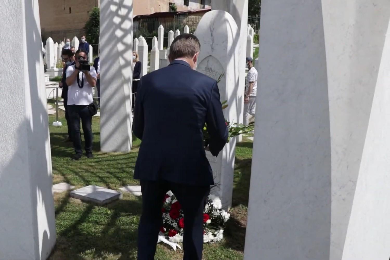 Bakir Izetbegović polaže cveće na grob Alije Izetbegovića, Sarajevo, 08. avgust 2020. (Foto: Snimak ekrana/Jutjub)
