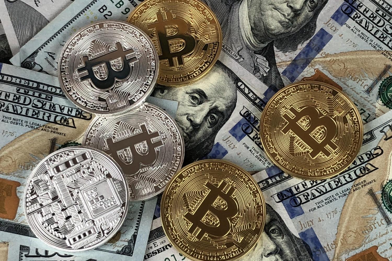 Američki dolari i bitkoini (Foto: Pexels/Niezarejestrowany)