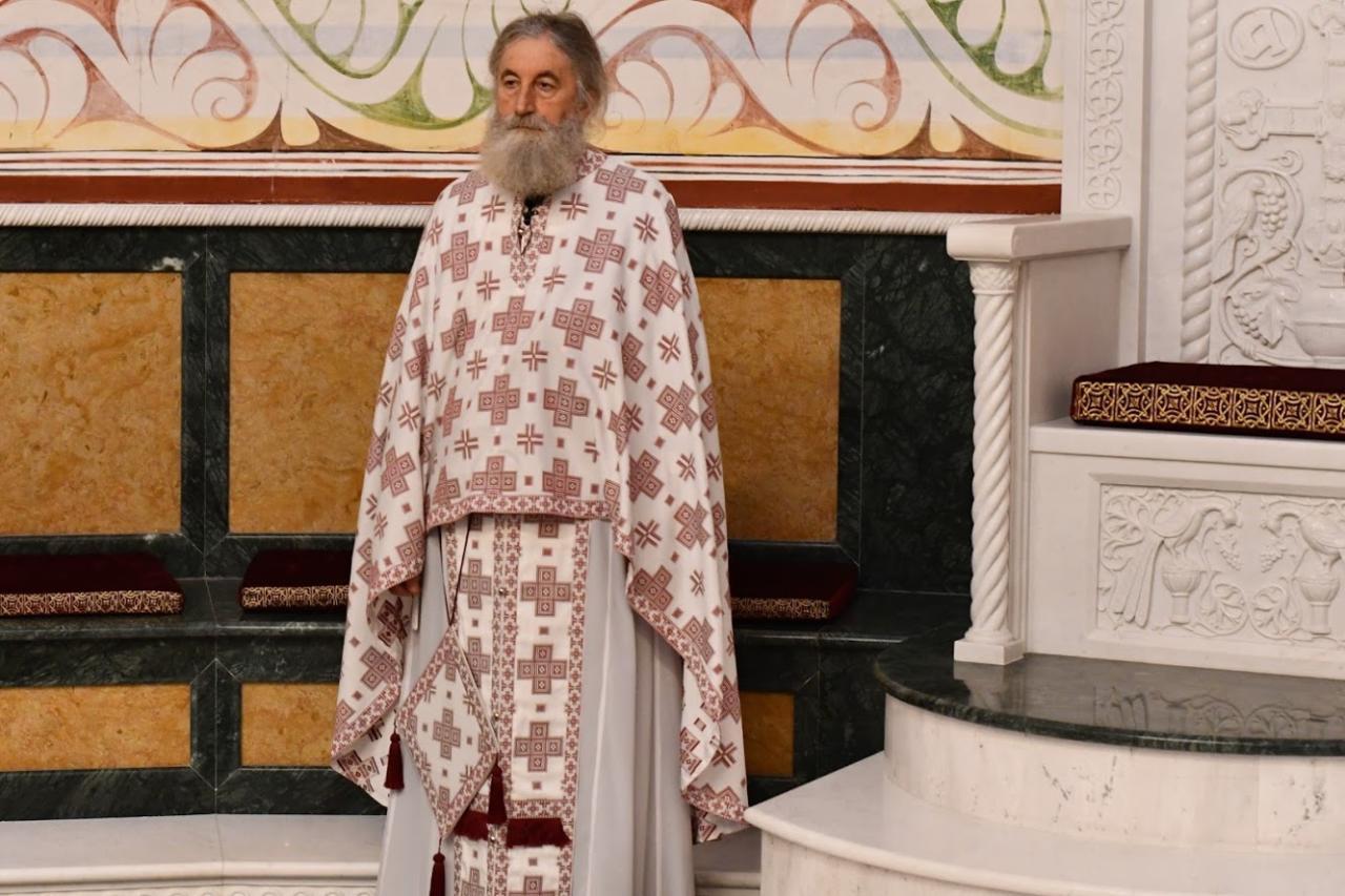 Protojerej Jovan Plamenac tokom liturgije u Hramu Svetog Jovana Vladimira u Baru (Foto: mitropolija.com)