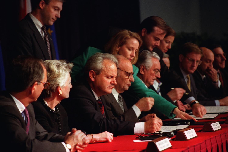 Milošević, Izetbegović i Tuđman potpisuju Dejtonski mirovni sporazum u Jelisejskoj palati, Pariz, 14. decembar 1995. (Foto: U.S. Air Force/Staff Sgt. Brian Schlumbohm)