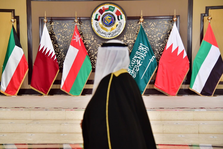 Čovek prolazi pored zastava zemalja koje učestvuju na samitu Saveta zalivskih zemalja, Kuvajt Siti, 05. decembar 2017. (Foto: AFP Photo/Giuseppe Cacace)