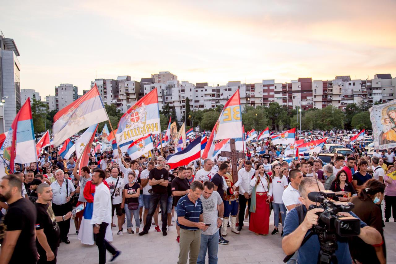 Okupljeni građani sa trobojkama tokom litije ispred Hrama Hristovog Vaskrsenja u Podgorici, 23. avgust 2020. (Foto: Boris Musić/mitropolija.com)