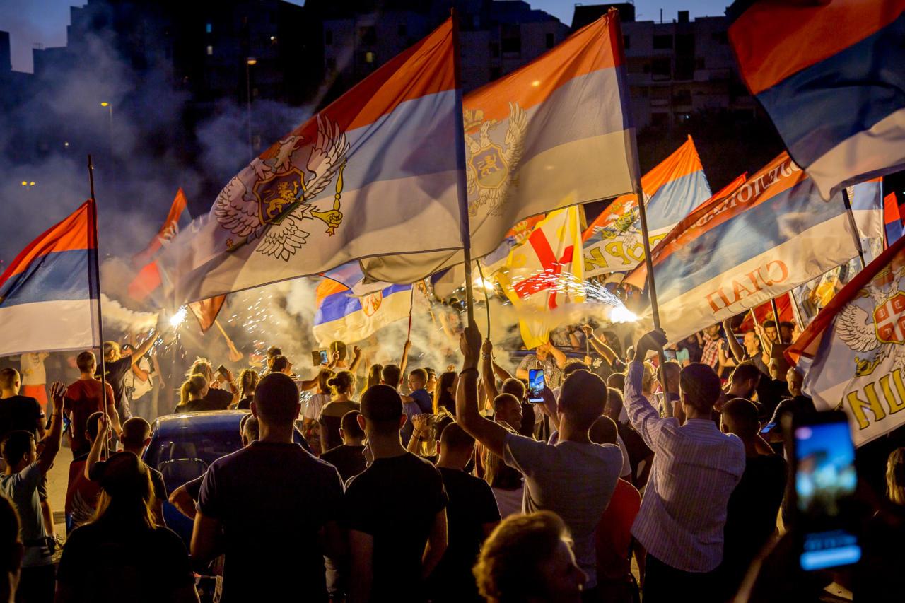 Građani sa trobojkama i crkvenim zastavama tokom litije ispred Hrama Hristovog Vaskrsenja, Podgorica, 23. avgust 2020. (Foto: Jovan D. Radović/mitropolija.com)
