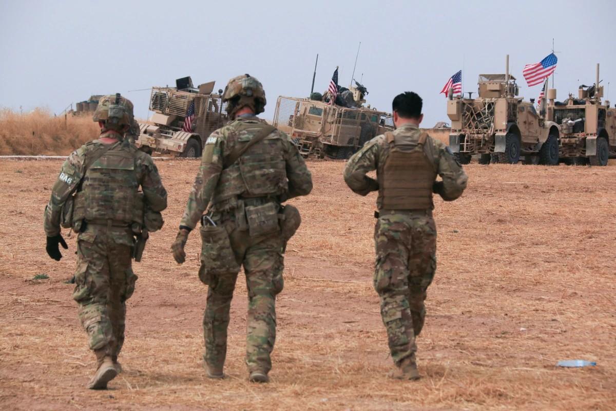Američki vojni konvoj u blizini grada Tel Tamr, na severu Sirije, 20. oktobar 2019. (Foto: Baderkhan Ahmad/AP Photo)