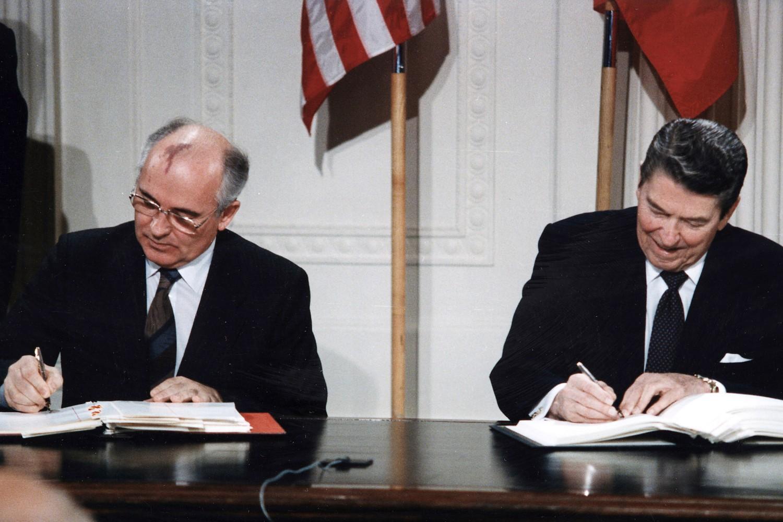 Mihail Gorbačov i Ronald Regan potpisuju Sporazum o nuklearnim raketama srednjeg dometa (INF) u Beloj kući, Vašington, 08. decembar 1987. (Foto: White House Photographic Office)