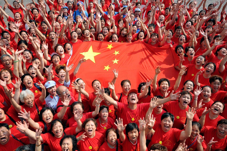 Kineski građani drže zastavu Kine tokom proslave godišnjice osnivanja, Čungking, 29. septembar 2009. (Foto: Reuters/China Daily)