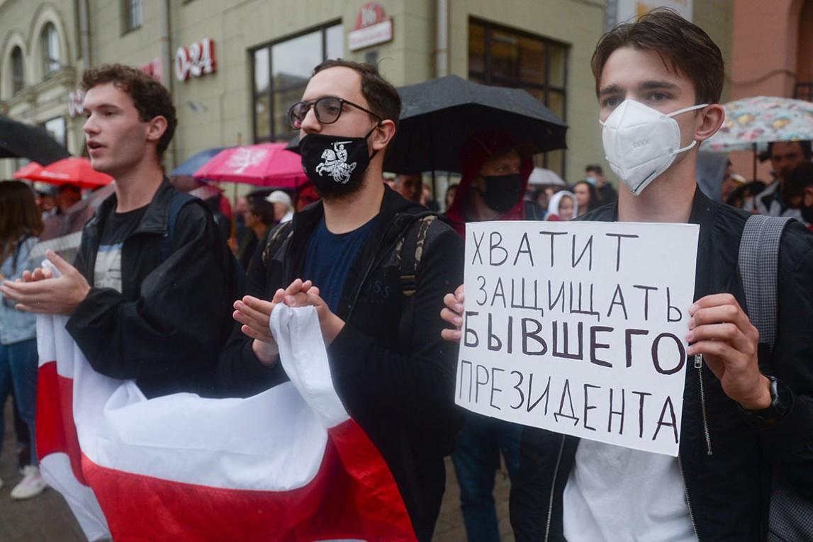 Demonstranti sa zastavama i transparentima tokom protesta zbog rezultata predsedničkih izbora u Belorusiji (Foto: Yauhen Yerchak/EPA/TASS)