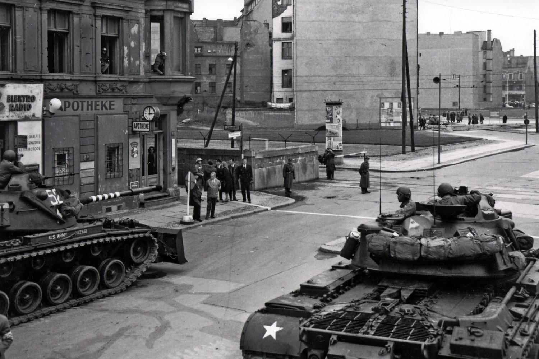 Pripadnici berlinske komande američke vojske u tenkovima na putu ka Čekpoint Čarliju, Berlin, oktobar 1961. (Foto: Wikimedia/U.S. Army Photo)