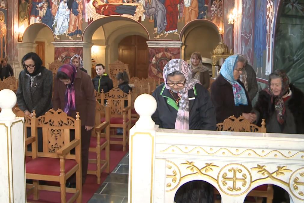 Srbi iz Karlovca tokom liturgije (Foto: Snimak ekrana/Jutjub)