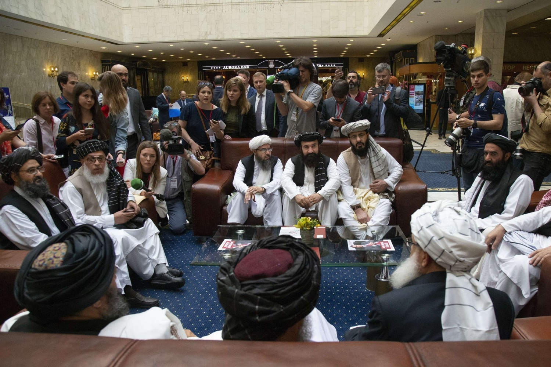 Glavni politički lideri talibana sa ostatkom delegacije tokom razgovora sa novinarima uoči nove runde mirovnih pregovora sa američkom delegacijom, Moskva, 28. maj 2019. (Foto: AP Photo/Alexander Zemlianichenko)