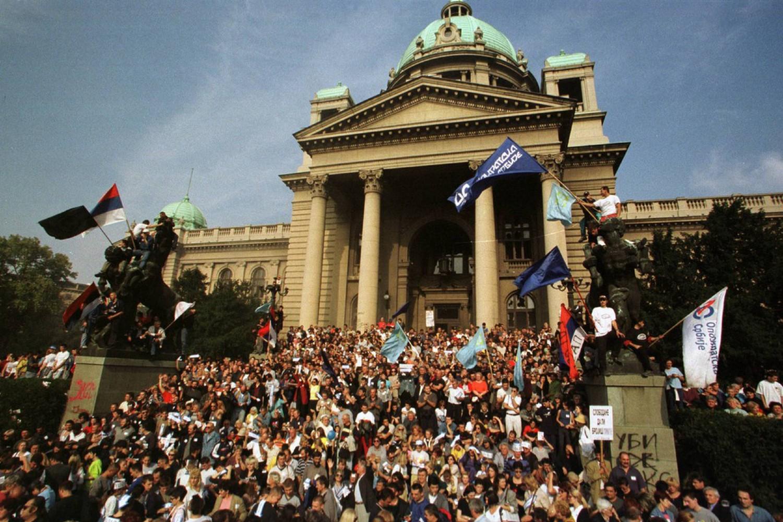 Demonstranti tokom protesta ispred Narodne skupštine, 05. oktobar 2000. (Foto: Profimedia)