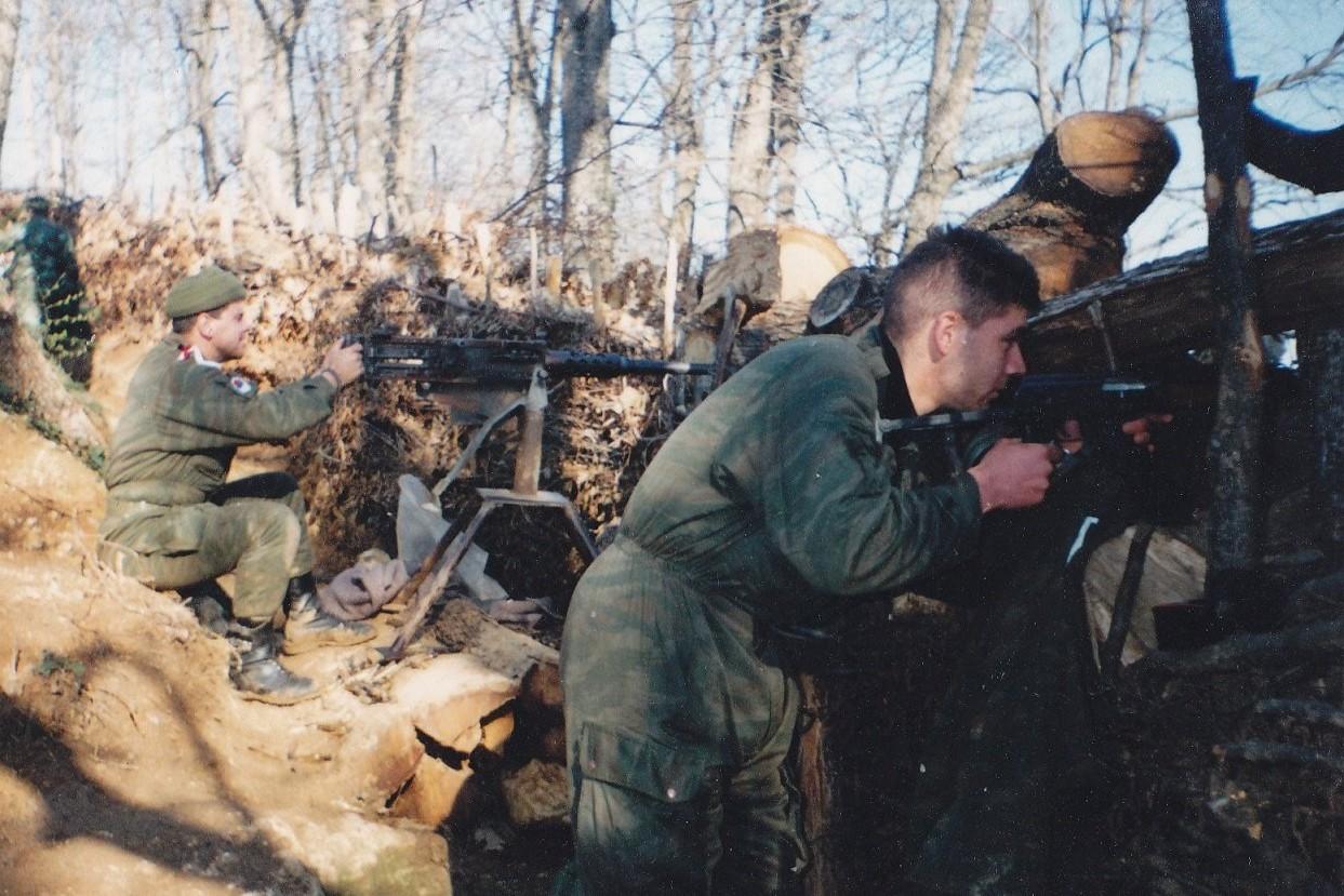 Pripadnici Vojske Republike Srpske na položaju oko Majevice, april 1995. (Foto: odbrambeno-otadzbinskirat.blogspot.com)