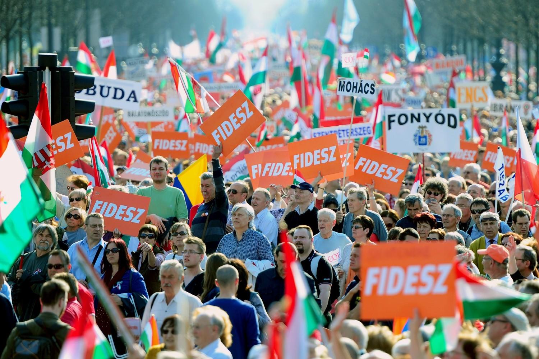 Pristalice stranke Fides mađarskog premijera Viktora Orbana tokom jednog mitinga (Foto: Attila Kisbenedek/AFP via Getty Images)