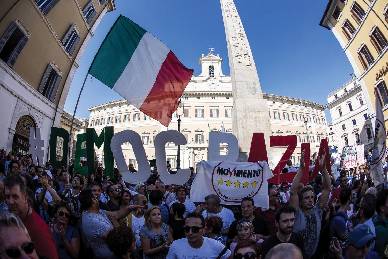 Pristalice Pokreta pet zvezdica tokom protesta zbog izglasavanja novog izbornog zakona, Rim, 11. oktobar 2017. (Foto: EPA-EFE/Angelo Carconi)