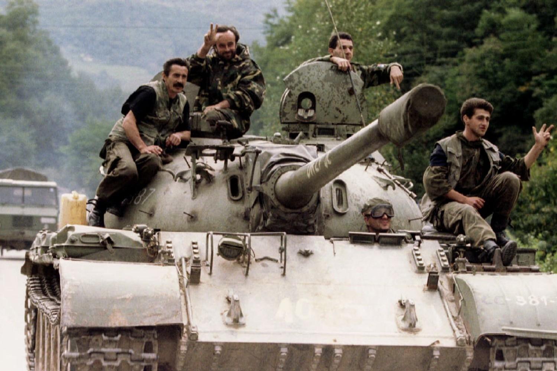 Pripadnici Vojske Republike Srpske na tenku (Foto: news.sky.com)