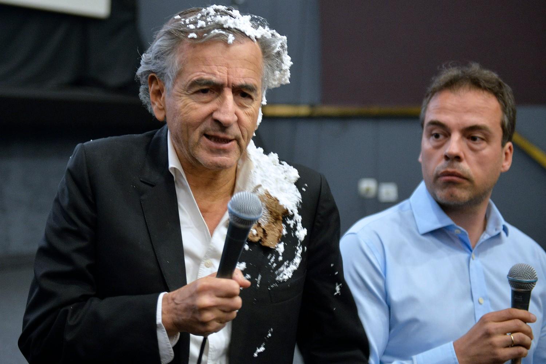 Francuski filozof Bernar-Anri Levi neposredno nakon što je gađan tortom, Beograd, 10. maj 2017. (Foto: Tanjug/Rade Prelić)