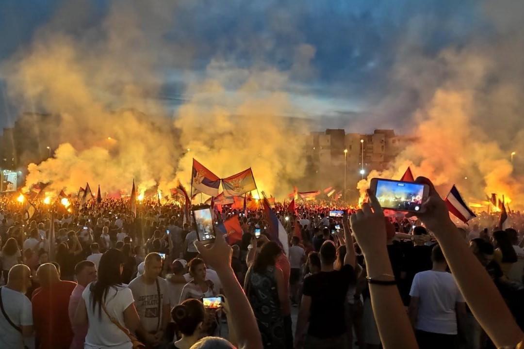 Građani Podgorice proslavljaju izbornu pobedu opozicije na izborima u Crnoj Gori ispred Hrama Hristovog Vaskrsenja, 31. avgust 2020. (Foto: mitropolija.com)