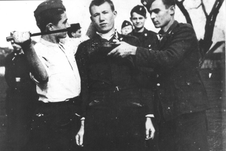 Ustaški zločinci neposredno pre iskopavanja očiju zarobljenom Srbinu negde u Bosni, 1943. godine (Foto: znaci.net)