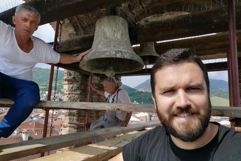Starešina crkve Bogorodice Ljeviške otac Đorđe sa radnicima tokom nameštanja zvona na crkvu (Foto: Fesjbuk stranica Crkve Bogorodice Ljeviške)