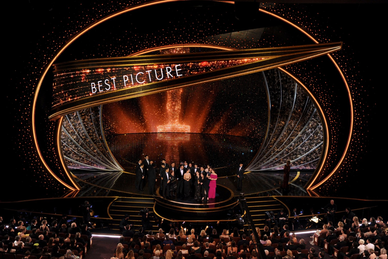"Glumačka i režiserska ekipa iz filma ""Parazit"" tokom dodele Oskara, Los Anđeles, 09. februar 2020. (Foto: AP Photo/Chris Pizzello)"