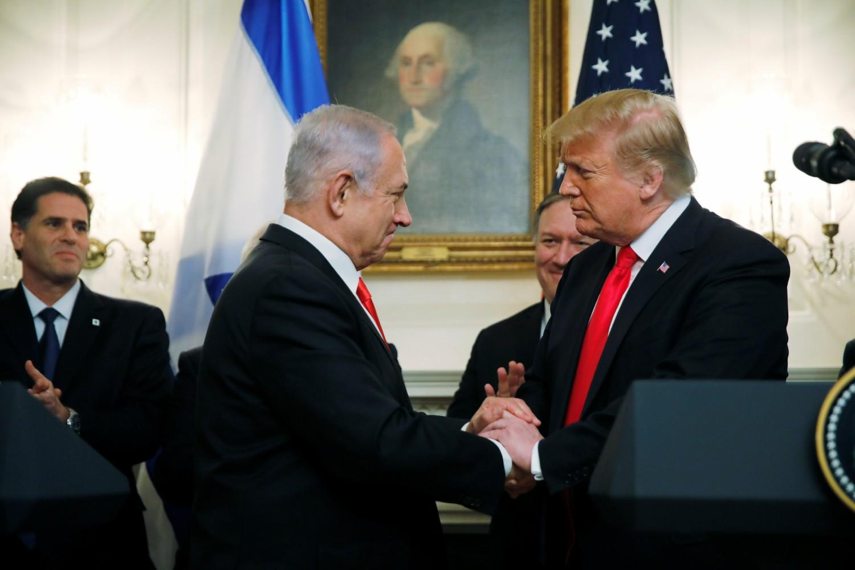 Rukovanje izraelskog premijera Benjamina Netanjahua i američkog predsednika Donalda Trampa nakon zajedničke konferencije za medije u Beloj kući, Vašington, 25. mart 2019. (Foto: Reuters/Carlos Barria)