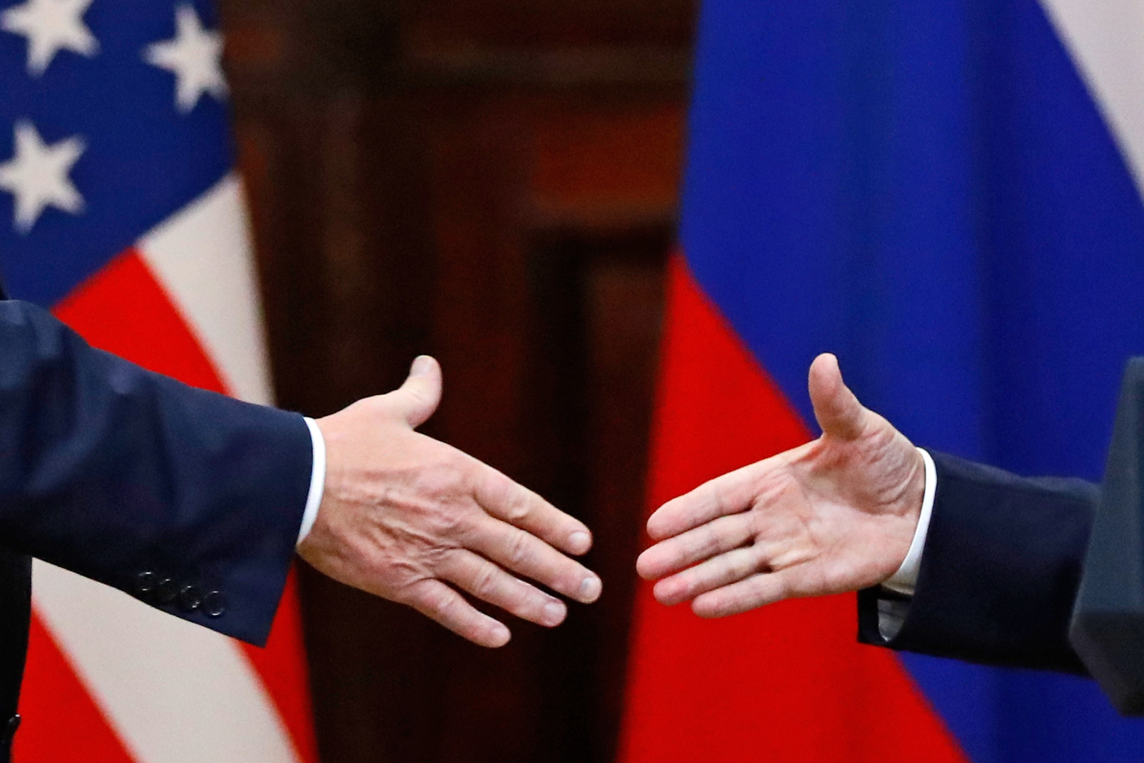 Momenat rukovanja američkog predsednika Donalda Trampa i ruskog predsednika Vladimira Putina nakon zajedničke konferencije za medije tokom njihovog sastanka u Helsinkiju, 16. jul 2018. (Foto: AP Photo/Alexander Zemlianichenko)