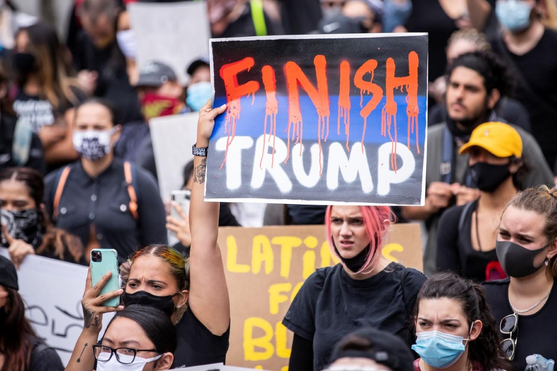 """Demonstranti iz pokreta """"Crni životi su bitni"""" tokom protesta na Menhetnu sa transparentom na kome piše """"Dokrajčite Trampa"""", 02. jun 2020. (Foto: Ira L. Black/Corbis via Getty Images)"""
