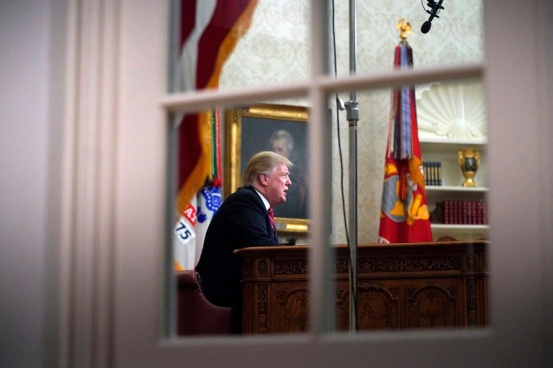 Američki predsednik Donald Tramp viđen kroz prozor na Ovalnom kabinetu u Beloj kući (Foto: AP Photo/Carolyn Kaster)