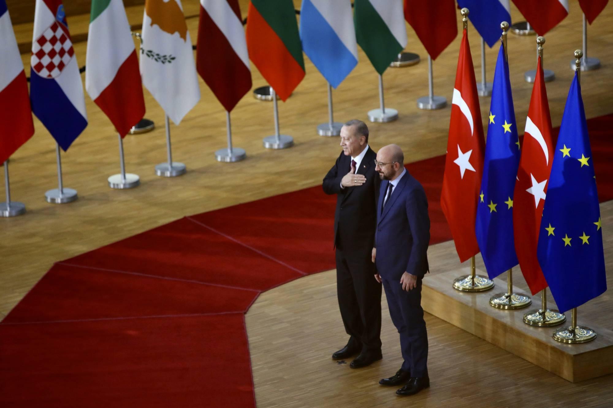Predsednik Turske Redžep Tajip Erdogan i predsednik Evropskog saveta Šarl Mišel na sastanku u zgradi Evropskog saveta u Briselu, 09. mart 2020. (Foto: AP Photo/Olivier Matthys)