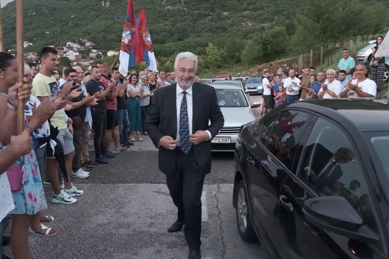 """Lider koalicije """"Za budućnost Crne Gore"""" prof. dr Zdravko Krivokapić tokom posete Lastvi Grbaljskoj, 22. avgust 2020. (Foto: Snimak ekrana/Jutjub)"""