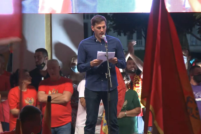 Nemanja Batričević tokom govora na tzv. Patriotskom skupu u Podgorici, 06. septembar 2020. (Foto: Snimak ekrana/Jutjub)