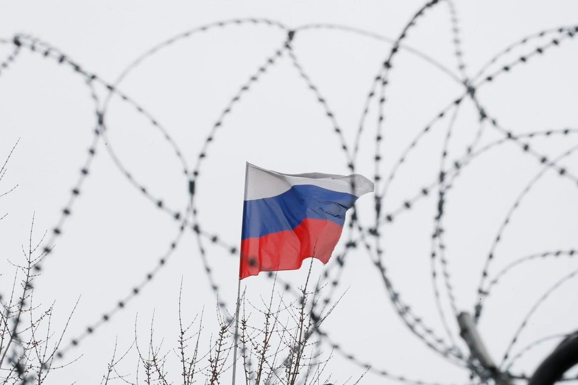 Ruska zastava na krovu ruske ambasade u Kijevu (Foto: Reuters/Gleb Garanich)