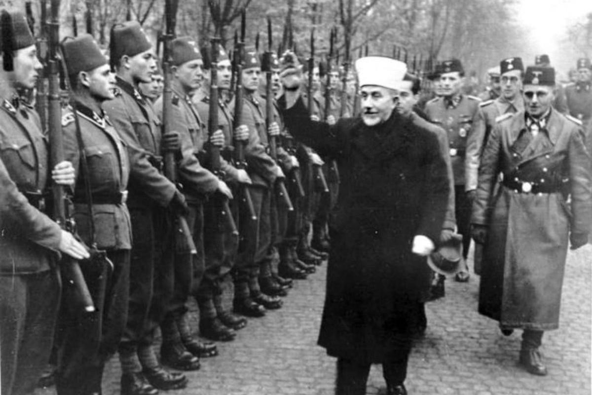 Veliki muftija Jerusalima, Muhamed Amin el Huseini, pozdravlja pripadnike 13. SS divizije nacističkim pozdravom u novembru 1943. godine (Foto: Bundesarchiv, Bild 146-1980-036-05/Unknown author/CC-BY-SA 3.0)