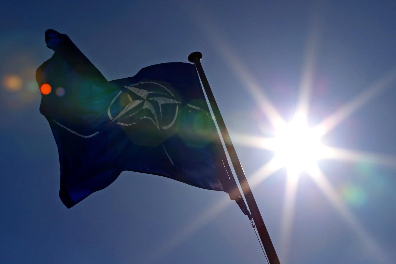 Zastava NATO ispred sedišta u Briselu (Foto: Yves Herman/Reuters)
