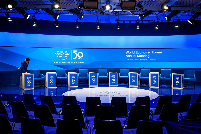 Pripadnik osoblja uređuje konferencijsku salu za održavanje Svetskog ekonomskog foruma u Davosu 2020. (Foto: Fabrice Coffrini/AFP via Getty Images)