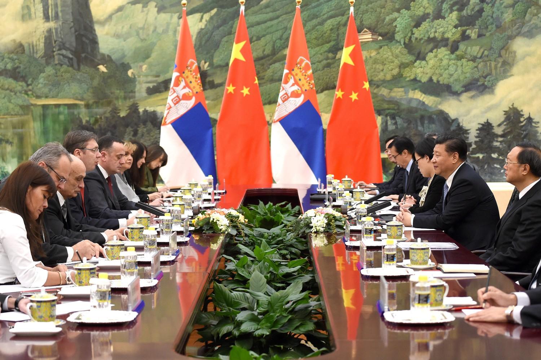 Delegacija Srbije predvođena (tadašnjim premijerom) Aleksandrom Vučićem na sastanku sa kineskom delegacijom predvođenom Sijem Đinpingom u Velikoj sali naroda, Peking, 26. novembar 2015. (Foto: Wang Zhao/Pool/Getty Images)