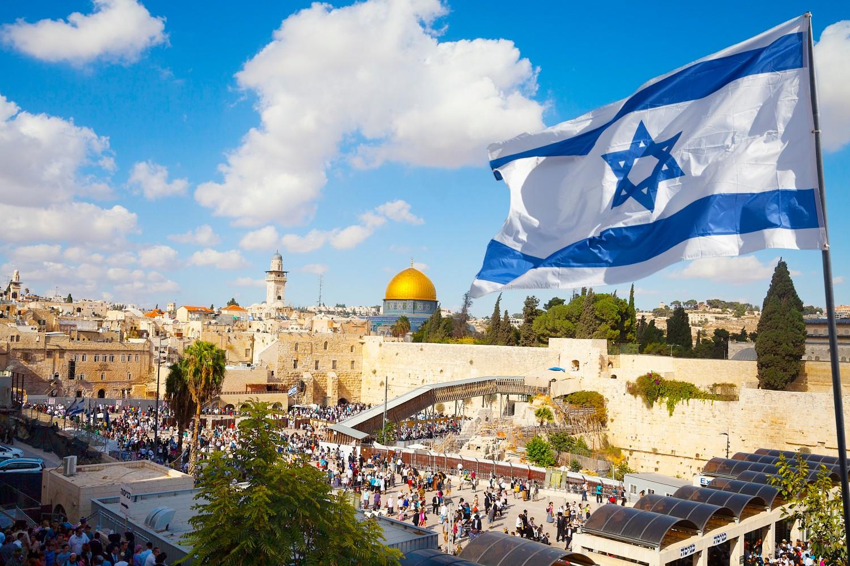 Zastava Izraela u blizini Starog grada u Jerusalimu (Foto: stellalevi/Getty Images)