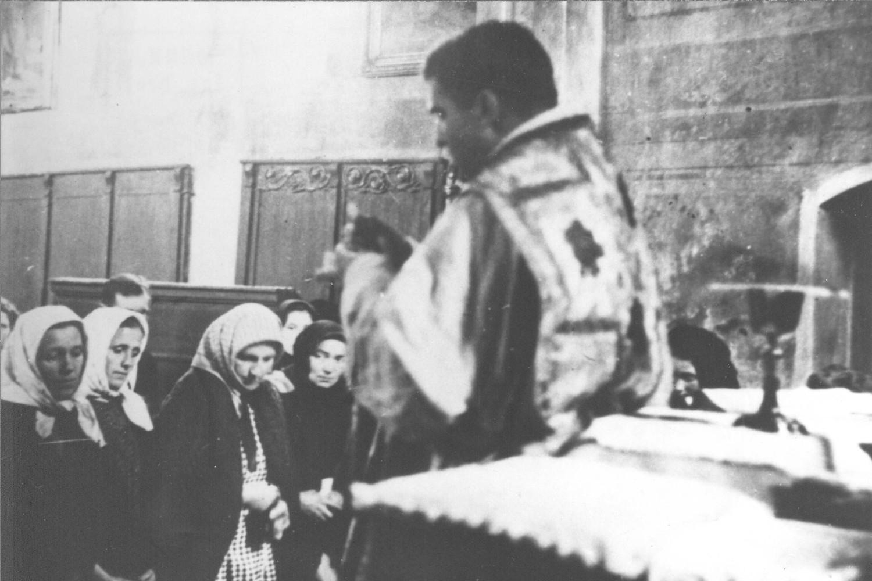 Fratar Vlaho Martić vrši prisilno pokrštavanje Srba u selu Mikleušu u Slavoniji (Foto: Vikipedija/Mladifilozof/znaci.net)