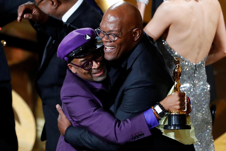 Spajk Li u zagrljaju sa Semjeulom Džeksonom nakon dodeljenog Oskara, Los Anđeles, 24. februara 2019. (Foto: Mike Blake/Reuters)